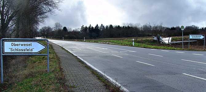 Umgeknicktes Baustellenschild an der Einmündung Schlossfeld und Tierarztpraxis Richtberg zur Kreisstraße 90 (Rheinhöhenstraße).