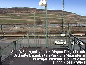 Alte Fußgängerbrücke in Bingen-Bingerbrück. In der Bildmitte Bauarbeiten Park am Mäuseturm Landesgartenschau 2008